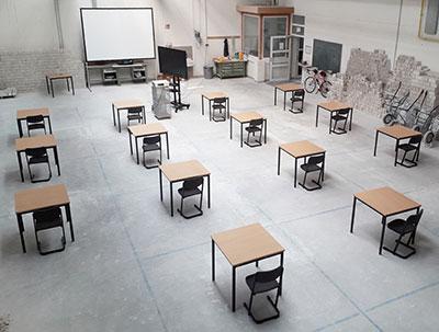 Die Bauhalle des BBZ wurde vorübergehend zu einem Unterrichtsraum umfunktioniert, damit die vorgeschriebenen Schutz- und Hygienemaßnahmen eingehalten werden können.